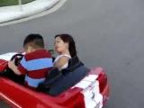 Ребёнок дрифтует на игрушечной машине