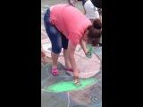 Виолетта развлекается,пока мы рисуем:D